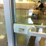 На стеклянную дверь можно поставить разные замки