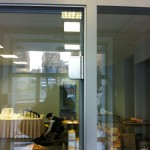 У стеклянной двери могут быть разные петли