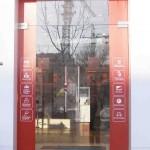 Входная стеклянная дверь для салона МТС