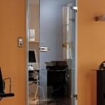 Распашная стеклянная дверь