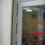 Стеклянная дверь дополняет стеклянные перегородки