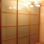 Раздвижная дверь с ламинацией и матовым стеклом