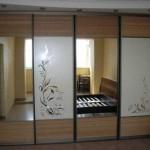 Гардероб с зеркальными дверьми