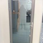Алюминиевая дверь не обязательно используется со стеклянной группой